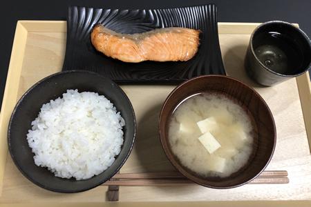 白米、豆腐の味噌汁、鮭の塩焼き(皮なし)