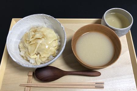 湯葉のあんかけ丼、みそ汁(具なし)