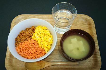 三色丼(鮭フレーク、いり卵、鶏そぼろ)、みそ汁(豆腐)