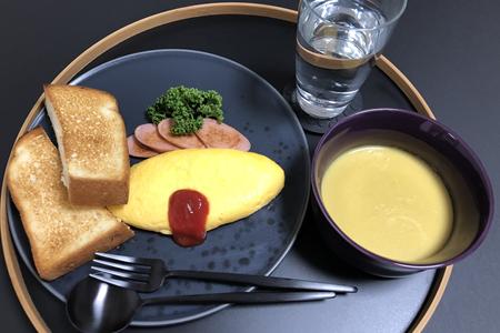 トースト、魚肉ソーセージの素焼きプレーンオムレツ+ケチャップコーンポタージュスープ