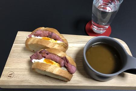 牛もも肉のローストビーフと卵のサンドイッチ、コンソメスープ