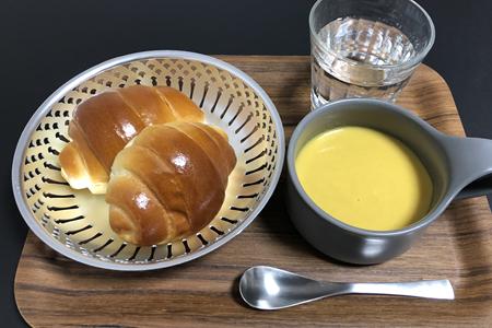 ロールパン、コーンポタージュスープ