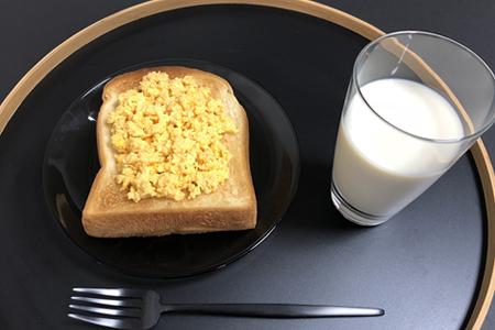 スクランブルエッグトースト、豆乳