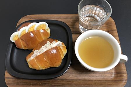 塩ゆで卵とささみのロールパンサンド、コンソメスープ