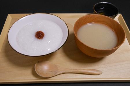 白かゆ、梅肉、味噌汁(具なし)