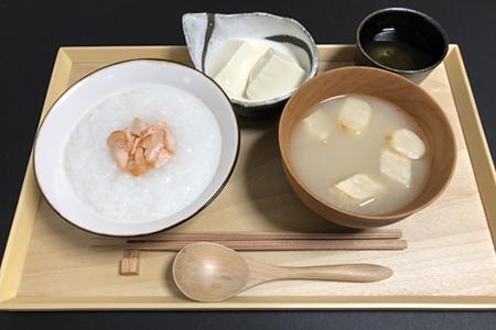 鮭かゆ、お麩のみそ汁、豆乳入り温奴