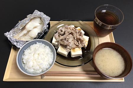 やわらかめの白米、真たらのホイル蒸し、豚モモ肉の冷しゃぶ豆腐、味噌汁(具なし)