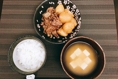 やわらかめの白米、牛モモ肉(薄切り)とジャガイモの煮物(肉じゃが風)、味噌汁(豆腐)
