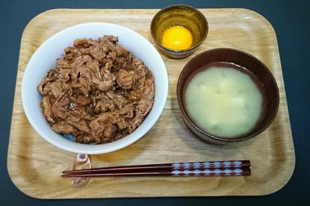 牛丼(牛モモ肉)、卵黄、味噌汁(豆腐)