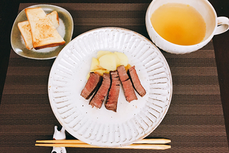 豚丼(豚モモ肉)、目玉焼き、味噌汁(具なし)
