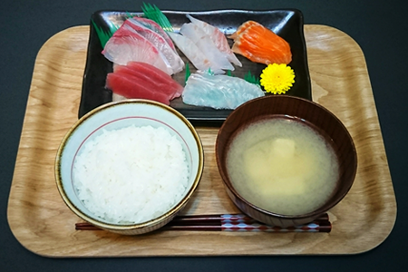 やわらかめの白米、刺身5点盛り(ヒラメ、サーモン、鯛、カンパチ、マグロの赤身、)味噌汁(豆腐)