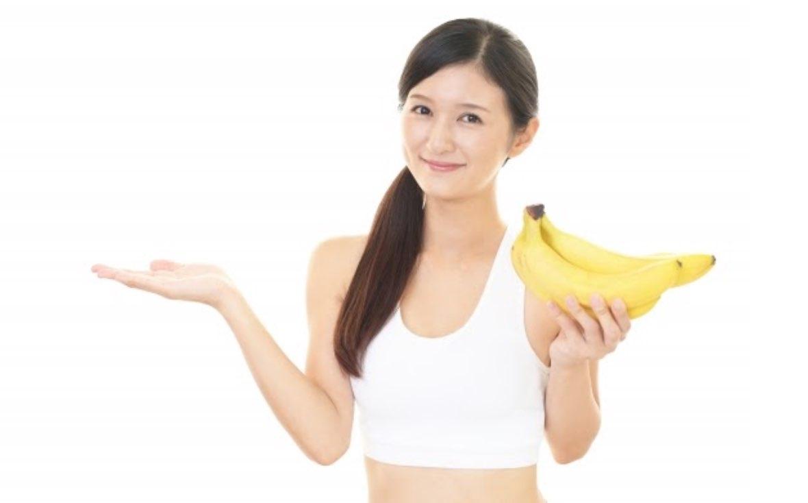 バナナを持った女性